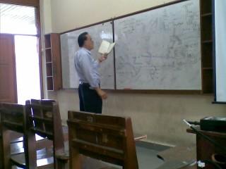 Pak Yanto Suryadhana saat menjelaskan materi kuliah